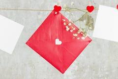 La lettre d'amour accroche sur la corde et une fleur sur un fond clair Photos libres de droits