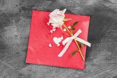 La lettre d'amour accroche sur la corde et une fleur sur un fond foncé Images libres de droits
