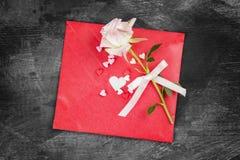 La lettre d'amour accroche sur la corde et une fleur sur un fond foncé Image libre de droits
