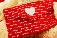La lettre d'amour avec le rouge enveloppent et le mot je t'aime sur les peluches jaunes Images libres de droits