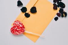 La lettre d'amour de jour du ` s de Valentine avec la sucrerie rouge a formé le coeur Photographie stock libre de droits