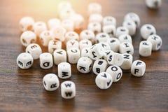 La lettre de concept de cube en matrices des textes découpe l'alphabet sur le fond en bois photographie stock libre de droits