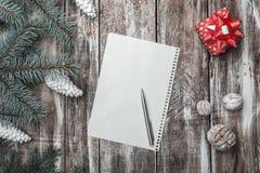 La lettre de Joyeux Noël avec le chapeau du ` s de Santa et le sapin vert s'embranche sur le vieux fond en bois Images stock