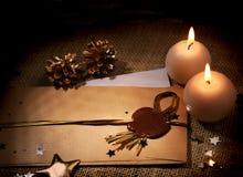 La lettre de Noël à Santa Claus With Sealing Wax, bougies, se tient le premier rôle Images stock