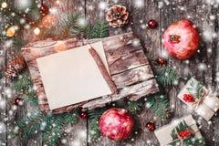 La lettre de Noël sur le fond en bois avec des cadeaux de Noël, texture d'écorce, grenade, sapin s'embranche sur le fond en bois image libre de droits
