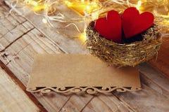 la lettre et les couples des coeurs dans l'oiseau nichent Images stock