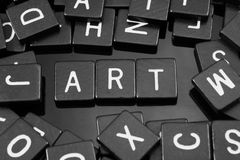 La lettre noire couvre de tuiles orthographier le mot et le x22 ; art& x22 ; image stock