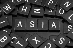 La lettre noire couvre de tuiles orthographier le mot et le x22 ; asia& x22 ; Photos libres de droits