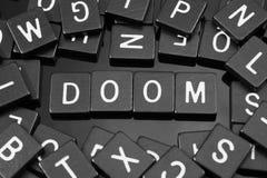 La lettre noire couvre de tuiles orthographier le mot et le x22 ; doom& x22 ; photo libre de droits