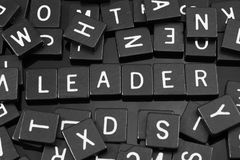 La lettre noire couvre de tuiles orthographier le mot et le x22 ; leader& x22 ; Photo stock