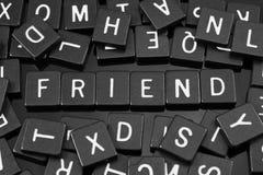 La lettre noire couvre de tuiles orthographier le mot et le x22 ; friend& x22 ; Photos stock