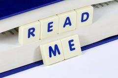 La lettura del testo MI HA LETTO fra le pagine del libro Fotografie Stock