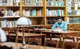La lettura delle biblioteche Fotografia Stock Libera da Diritti