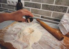 La levure granulée sèche s'est ajoutée à la pile de la farine photographie stock libre de droits