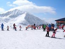 La lezione dello sci per gli allievi dentro campeggia, l'Andorra Fotografie Stock