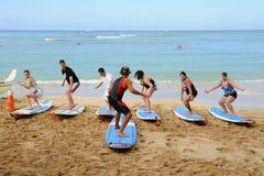 La lezione praticante il surfing Fotografia Stock Libera da Diritti