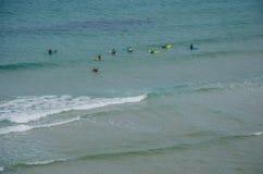 La lezione praticante il surfing in Adegas tira vicino a Carrapateira, Portogallo Fotografia Stock Libera da Diritti