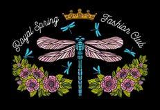 La libellule, papillon, ressort, couronne d'abeille de roses fleurit la broderie Images stock