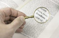 La liberté de mot lue par une loupe photo libre de droits