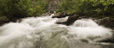 La libertad baja agua de la cascada Imágenes de archivo libres de regalías