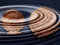 La libra irlandesa (IEP) acuña debajo del agua Imágenes de archivo libres de regalías