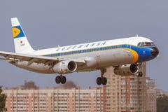 La librea retra especial de Airbus A321 de los aviones de Lufthansa está aterrizando en la pista en el aeropuerto Pulkovo Imagen de archivo