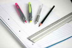La libreta encierra profundidad de la regla del lápiz la pequeña del campo Imagen de archivo