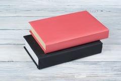 La libro con copertina rigida prenota sulla tavola di legno, fondo bianco Di nuovo al banco Copi lo spazio per testo Concetto di  Fotografie Stock