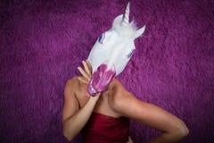 La licorne drôle de fille flirte avec vous et gesticulant Jeune femme bizarre Photos stock