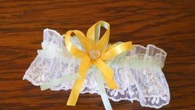 La liga hermosa de la boda del amarillo del ` s de la novia miente en la tabla almacen de video