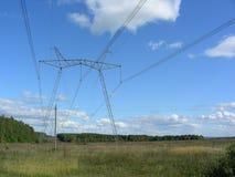 La ligne électrique passe par le champ Images libres de droits