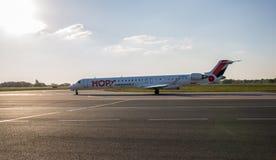 La ligne aérienne Air France de coût bas SAUTENT À CLOCHE-PIED avion sur le macadam Image libre de droits