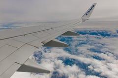 La ligne aérienne de RYANAIR vole au-dessus des nuages Images libres de droits