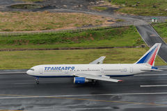 La ligne aérienne de Transaero décollent à l'aéroport de phuket Photographie stock libre de droits