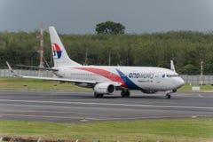 La ligne aérienne malaisienne décollent à l'aéroport de phuket Image stock