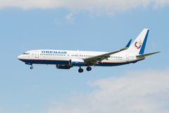 La ligne aérienne Orenair de Boeing 737-800 (VQ-BSS) avant le débarquement dans l'aéroport de Pulkovo Photos libres de droits