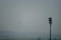 La ligne aérienne thaïlandaise d'Air Asia décollent en brume à l'aéroport de krabi Image stock