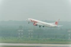 La ligne aérienne thaïlandaise de Lion Air décollent en brume à l'aéroport de krabi Images libres de droits