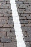 La ligne blanche sur la route reculant la pierre Photo libre de droits