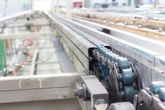 La ligne convoyeur d'arbre d'entraînement à chaînes industriel Image libre de droits