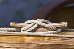 La ligne de bateau attachent vers le bas Images libres de droits