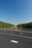 La ligne de la route sur le pont au-dessus du chemin de fer Photographie stock libre de droits