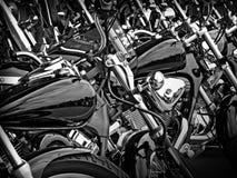 La ligne des motos Parked a cultivé pour remplir fond image stock