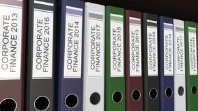 La ligne des reliures multicolores de bureau avec la finance d'entreprise étiquette le rendu différent des années 3D Photos libres de droits