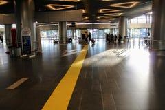 La ligne jaune à l'aéroport international Moscou de Vnukovo est en juillet 2017 Photographie stock libre de droits