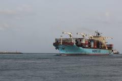 La ligne navire porte-conteneurs de Maersk arrive port de Lagos chargé avec des cargaisons photos libres de droits