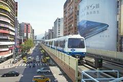 La ligne train de Brown de métro de Taïpeh approche la gare Photo stock