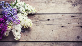 La lila aromática fresca florece en tablones de madera del vintage Fotografía de archivo