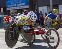 La lila Bloomsday 2013 12k corre en competidores de la división de la silla de ruedas de los hombres de Spokane WA Imágenes de archivo libres de regalías