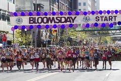 La lila Bloomsday 2013 12k corre en la división de la élite de las mujeres de Spokane WA desde el principio Fotografía de archivo libre de regalías